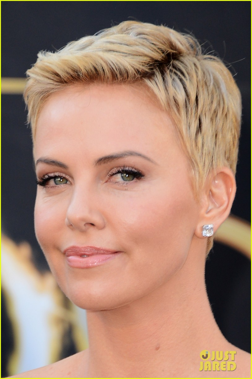 charlize-theron-oscars-2013-red-carpet-07