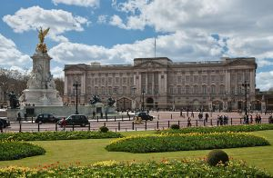 800px-Buckingham_Palace,_London_-_April_2009